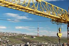 Башня крана против голубого неба Стоковая Фотография