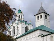 Башня крепости и колокольня монастыря в осени, Yaroslavl Transfiguration, России Стоковые Изображения