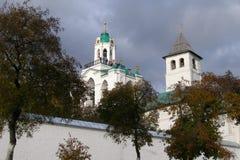 Башня крепости и колокольня монастыря в осени, Yaroslavl Transfiguration, России Стоковые Изображения RF