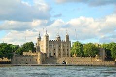 Башня крепости Лондона в свете вечера с белыми clo стоковые фото