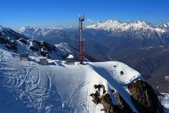 Башня клетчатого сообщения в горах мир зимы России sochi 2014 2018 игр чашки олимпийский Стоковые Изображения