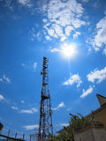 Башня клетчатого сообщения против голубого неба Стоковые Изображения RF