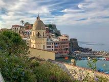 Башня листвы и церков преобладает этот взгляд горного склона Vernazza стоковые изображения