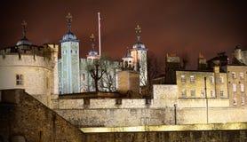 Башня Лондона к полно iluminated ноча Стоковое фото RF