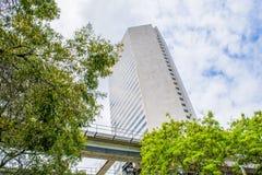 Башня Майами городская и рельс метро Стоковые Изображения