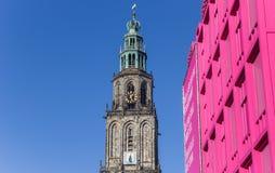 Башня Мартини и розовое здание в центре Groningen Стоковое Изображение RF