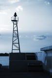 Башня маяка дизайна ферменной конструкции в порте Стоковые Изображения RF