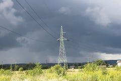 Башня металла линии высокого напряжения electrotransfers на заднем плане бурного неба после дождя Естественное атмосферическое ph стоковое фото rf