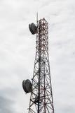 Башня микроволны в облаках Стоковая Фотография RF