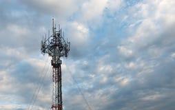 Башня мобильного телефона на небе вечера Стоковое фото RF
