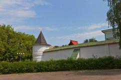 Башня (1689) монастыря St Бориса и Gleb в Dmitrov, России стоковые изображения rf