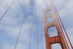 Башня моста золотого строба в тумане, Сан-Франциско Стоковые Фотографии RF