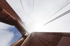 Башня моста золотого строба в тумане, Сан-Франциско Стоковые Изображения RF