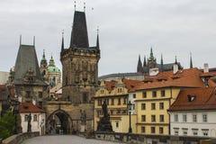 Башня моста Strana ¡ Malà на Карловом мосте в Праге взгляд городка республики cesky чехословакского krumlov средневековый старый Стоковая Фотография
