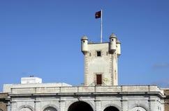 Башня над стробом земли в Кадисе Наружные стены которые отделяют старый квартал и современную зону города Стоковые Фото