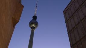 Башня на ноче, Берлин телевидения Fernsehturm берлинца, Германия, Европа сток-видео