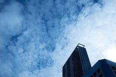 Башня на пасмурном голубом небе стоковое фото
