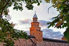 Башня Новгород Кремль Kokui в солнечной осени в Veliky Новгороде, России Стоковое Изображение RF