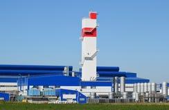 Башня огня на заводе для обработки металлолома Рифайнер металла огромной фабрики старый стоковое фото rf