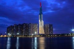 Башня ориентира 81, самый высокий небоскреб в Сайгон в вечере стоковое фото rf