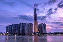 Башня ориентира 81, самый высокий небоскреб в Хошимине, Вьетнаме на сумерках стоковые фотографии rf