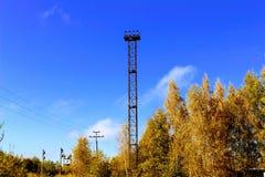 Башня освещения на железной дороге на фоне леса осени Стоковая Фотография RF