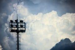 Башня освещения стадиона и пасмурное небо Стоковая Фотография