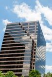 Башня офиса Брайна стеклянная под славными небесами Стоковые Изображения RF