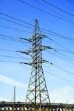 Башня передачи энергии с дорогой стоковое изображение rf