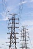 Башня передачи на предпосылке голубого неба Стоковое Изображение