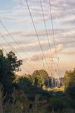 Башня передачи энергии на растительности предпосылки на вечере лета Стоковое Фото