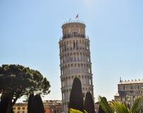 Башня Пизы с другой точки зрения стоковое изображение rf