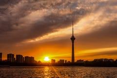 Башня под выравниваясь заревом Пекин, Китай центрального телевидения Китая стоковые фото