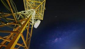 Башня поляка связи с галактикой млечного пути Стоковые Изображения RF