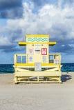 Башня предохранителя жизни на южном пляже в заходе солнца Стоковое Изображение RF