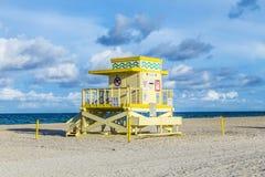Башня предохранителя жизни на южном пляже в заходе солнца Стоковые Фотографии RF