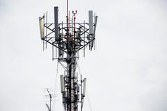Башня радиосвязей клетчатая на крыше здания Стоковые Изображения RF