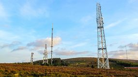 Башня радиосвязей с много спутниковых антенна-тарелок Стоковые Изображения RF