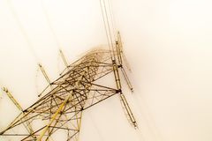 Башня радиосвязей увиденная через туман Стоковое Фото