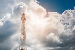 Башня радиосвязи мобильного телефона с белым облаком Стоковые Изображения