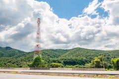 Башня радиосвязи мобильного телефона с белым облаком Стоковое Фото
