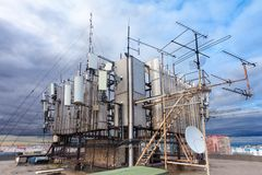 Башня радиосвязи с антеннами ТВ, спутниковой антенна-тарелкой, микроволной и антеннами панели операторов мобильной связи Стоковые Изображения RF