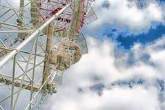 Башня радиосвязи с солнечним светом Использовано для того чтобы передать сигналы телевидения стоковое фото