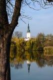 Башня ратуши в Litovel в зеркале пруда Стоковые Фотографии RF