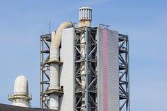 Башня рафинадного завода в петрохимическом промышленном предприятии с облачным небом Стоковое Изображение RF