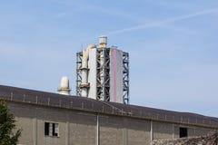 Башня рафинадного завода в петрохимическом промышленном предприятии с облачным небом Стоковое Изображение