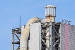 Башня рафинадного завода в петрохимическом промышленном предприятии с облачным небом Стоковая Фотография RF