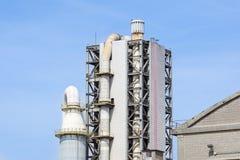 Башня рафинадного завода в петрохимическом промышленном предприятии с облачным небом Стоковое Фото
