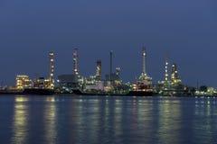 Башня рафинадного завода в петрохимическом промышленном предприятии Стоковое Изображение