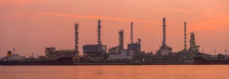 Башня рафинадного завода в петрохимическом промышленном предприятии Стоковая Фотография